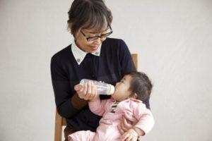 『ほほほほ乳瓶』/もちやすい花形と見やすい大きなメモリが祖父母世代にはうれしい。(税込2052円)