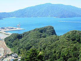 4面「気ままに城巡り24」29年11月号写真「月見殿から望む敦賀湾」