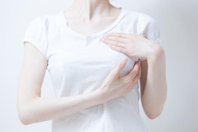 Tシャツ姿の女性・白バック
