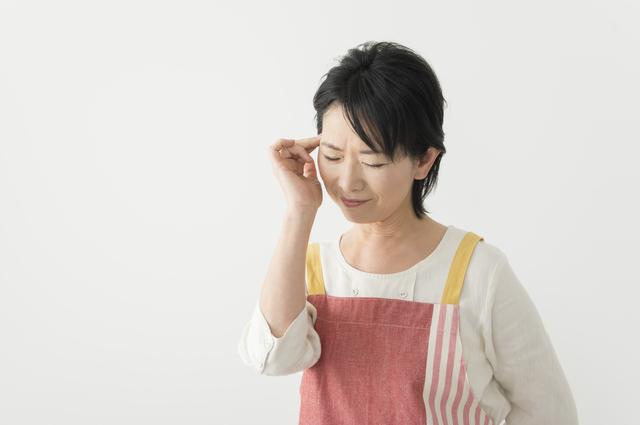 まぶたが垂れ下がっていませんか。年を重ねると増える眼瞼下垂とは