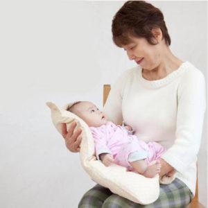 『BABAラボの抱っこふとん』/首がすわらない赤ちゃんも安心してだっこできる。首がすわった後もおむつ替えマット等として利用可能。(税込7452円 中布団とくまさん型カバー1枚)※いずれもBABAラボ/電話&FAX048-799-3214